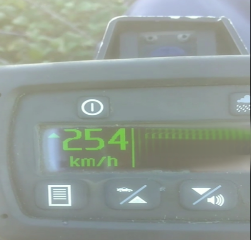 Appareil radar affichant 254 km/h